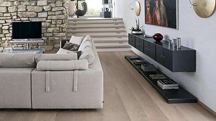 Realizzazioni_02_interno_casa_parquet_divano_bianco