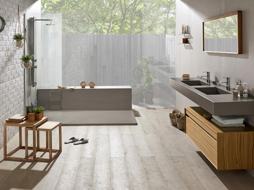 Pavimento e accessori in legno per l'ambiente bagno