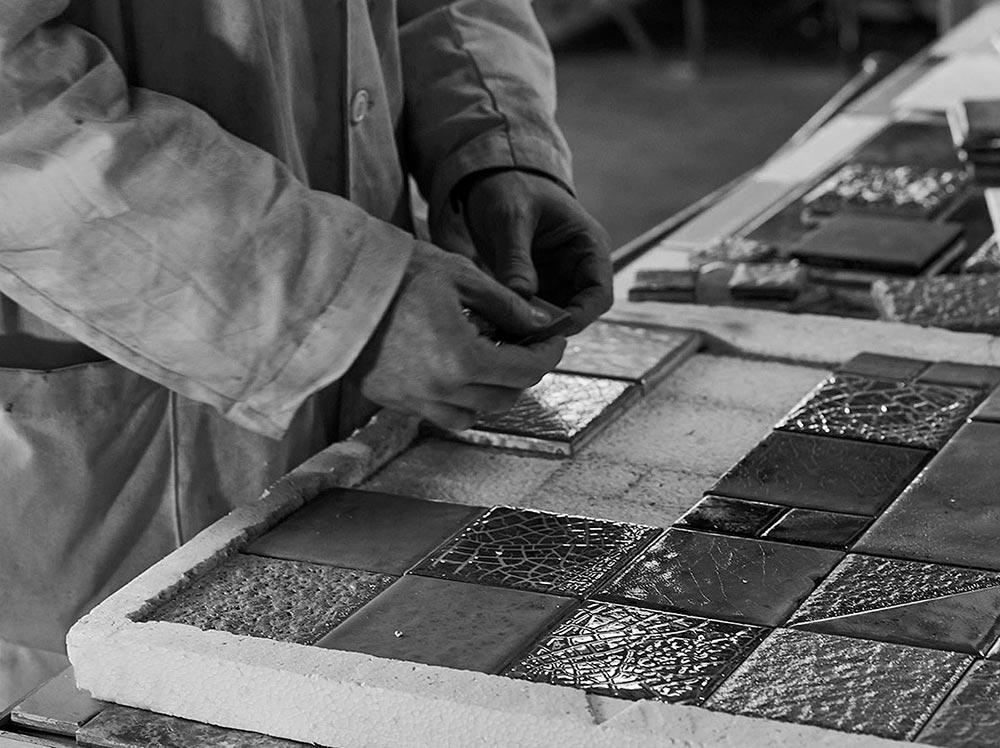 Lavorazione artigianale e attenta selezione dei materiali per le piastrelle Geos