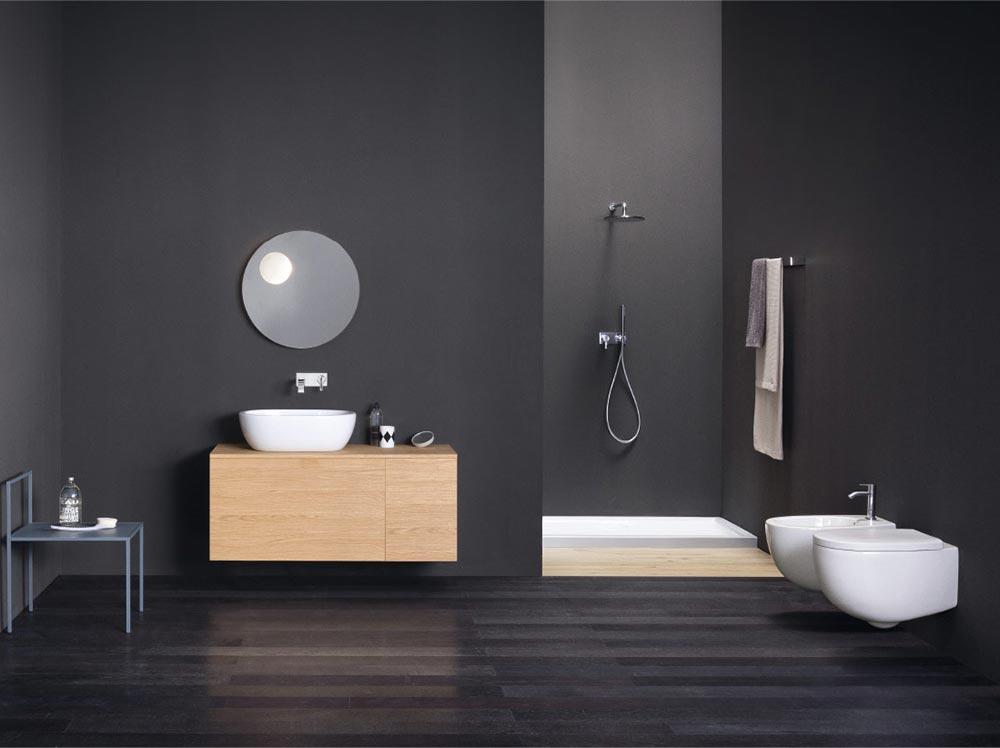 Ambiente bagno minimale con sanirari in ceramica ed elementi in legno