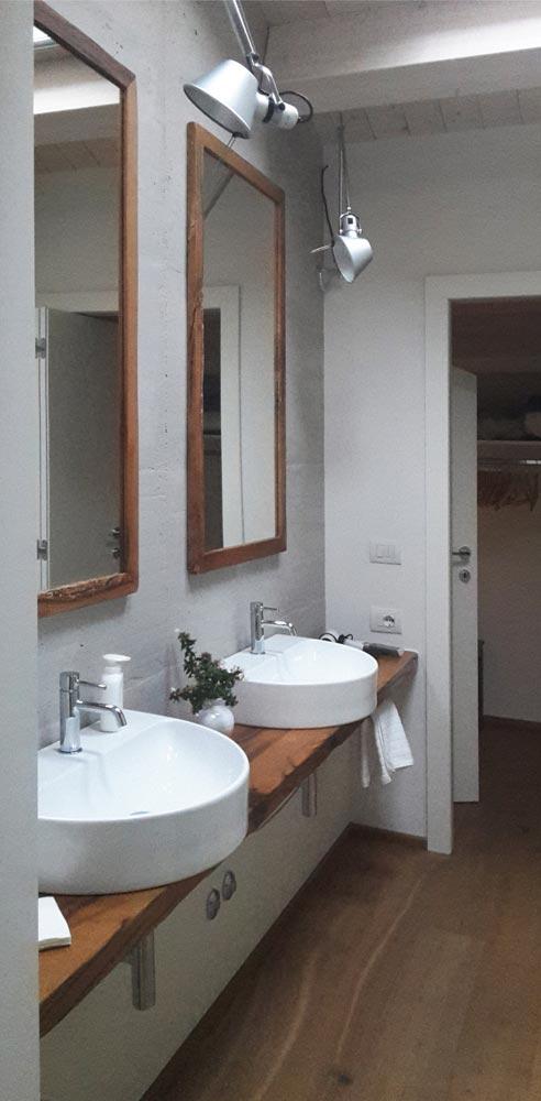 bagno con pavimento in legno